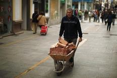 Los convenios laborales registrados en España arrancaron el año con una mejora salarial media del 1,08 por ciento, lo que supone su nivel más alto desde 2012, según datos publicados el miércoles por el Ministerio de Empleo.   En la imagen, un empleado de la construcción transporta ladrillos en una carretilla en la localidad malagueña de Ronda el pasado 28 de enero. REUTERS/Jon Nazca