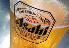 CAsahi Group Holdings a annoncé mercredi avoir conclu un accord provisoire en vue de racheter les marques de bière de SABMiller Peroni, Grolsch et Meantime pour 329,7 milliards de yens (2,55 milliards d'euros). Anheuser-Busch Inbev, qui en train de fusionner avec SABMiller, a confirmé de son côté avoir reçu une offre ferme du premier brasseur japonais. /Photo prise le 23 octobre 2015/REUTERS/Tim Wimborner