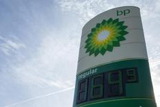 Una gasolinera de BP en Troy, EEUU, ene 17, 2015. La producción de petróleo de esquisto en Estados Unidos se duplicará durante los próximos 20 años, a medida que las compañías perforadoras -que se hicieron más eficientes en un contexto de hundimiento de los precios del crudo- exploten nuevos recursos, afirmó el gigante energético británico BP el miércoles.    REUTERS/Whitney Curtis