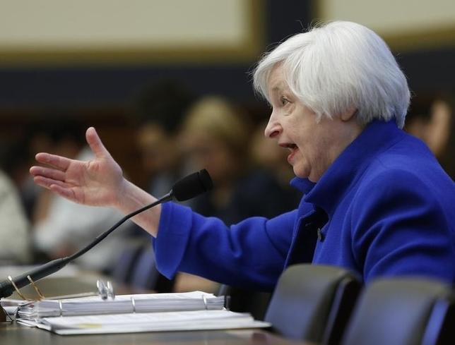 2月10日、イエレン米FRB議長が、下院金融委員会で半期に一度の証言を行った。写真はワシントンで同日撮影(2016年 ロイター/Gary Cameron)