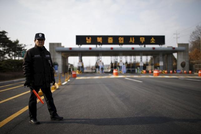 2月11日、韓国は、北朝鮮との協力事業である開城工業団地からの撤収作業を開始した。同団地から資材などを積んだトラック数十台が韓国側に戻った。(2016年 ロイター/Kim Hong-Ji)