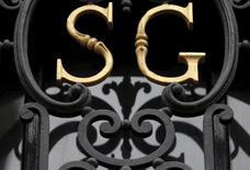 Логотип Societe Generale на здании отделения банка в Париже. Банк Societe Generale отчитался о менее существенном, чем ожидалось, росте квартальной чистой прибыли в четверг в связи с дополнительными расходами на урегулирование юридических вопросов.  REUTERS/Christian Hartmann