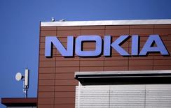 Головной офис Nokia в Эспу, Финляндия. Nokia получила более высокую, чем ожидалось, прибыль в подразделении оборудования для телекоммуникационных сетей, но предупредила, что внедрение новых мобильных сетей в Китае - самом главном рынке для компании - замедлится в 2016 году.  REUTERS/Antti Aimo-Koivisto/Lehtikuva