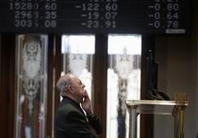 El Ibex-35 continuaba con la tendencia de grandes caídas el jueves y volvía a perder los 8.000 puntos con el desplome del preponderante sector de la banca, tras un efímero rebote registrado la víspera, en sintonía con el resto de las bolsas europeas. En esta imagen de archivo, un operador mira pantallas electrónicas en la Bolsa de Madrid el 17 de noviembre de 2014.  REUTERS/Andrea Comas