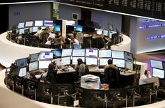 Les Bourses européennes creusent leurs pertes jeudi à mi-séance avec la rechute des valeurs bancaires amplifiée par un plongeon de plus de 12% du titre Société Générale. Le CAC 40 abandonne 3,04% vers 11h00 GMT, le Dax perd 2,21% et le FTSE cède 2,10%. /Photo d'archives/REUTERS