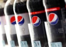 PepsiCo a publié un CA trimestriel net meilleur que prévu, des ventes en hausse pour ses snacks et ses boissons en Amérique du Nord ayant compensé les effets négatifs de la vigueur du dollar. Le chiffre d'affaires net au quatrième trimestre 2015 a baissé de 7% à 18,59 milliards de dollars alors que les analystes l'attendaient à 18,51 milliards selon le consensus Thomson Reuters I/B/E/S. /Photo d'archives/REUTERS/Shannon Stapleton