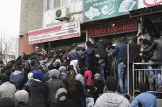 Люди толпятся у обменного пункта в Душанбе 9 марта 2015 года. Международный валютный фонд в четверг изъявил готовность помочь Таджикистану, чьи доходы снизились вслед за рецессией в России, но поставил условием реформы в экономике. REUTERS/Nozim Kalandarov