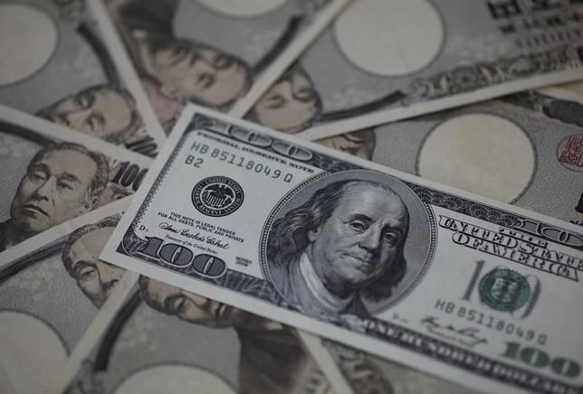 2月11日、欧州外為市場で一時111円台を下回ったドルが急反発し、113円台を回復した。市場関係者の間では政府・日銀が介入したとの観測も出ているが、取引量が少ないことなどから実際に介入が行われたとの確証は得られていない。写真は2013年2月、東京で(2016年 ロイター/Shohei Miyano)