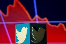 Twitter est l'une des valeurs à suivre jeudi à Wall Street au lendemain de l'annonce d'une stagnation du nombre de ses utilisateurs actifs au quatrième trimestre. Le groupe a aussi annoncé un objectif de chiffre d'affaires pour le premier trimestre inférieur aux attentes du marché. /Photo prise le 3 février 2016/REUTERS/Dado Ruvic