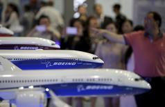 L'action Boeing est en forte baisse jeudi à la Bourse de New York après des informations de Bloomberg selon lesquelles les autorités boursières américaines ont ouvert une enquête sur certaines de ses méthodes comptables. Le titre de l'avionneur abandonne 12% à 102,37 dollars vers 16h30 GMT. /Photo d'archives/REUTERS/Jason Lee