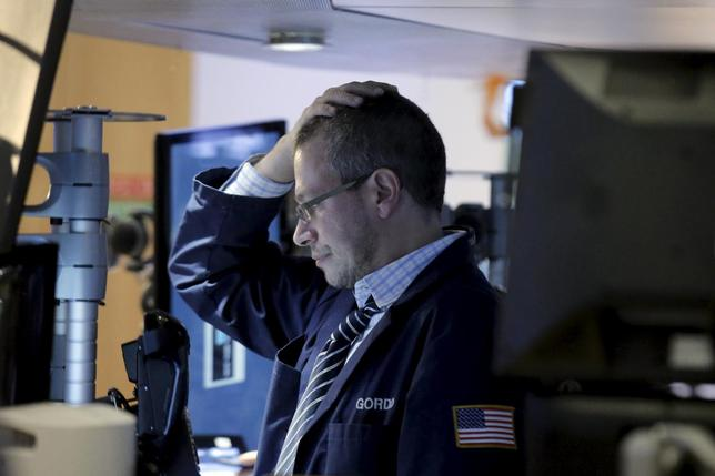 2月11日、米株は金融セクターに対する不安感から銀行株を中心に下落したが、OPECが減産に合意する準備があるとの報道で終盤にかけ下げ幅を縮小した。ニューヨーク証取(2016年 ロイター/Brendan McDermid)