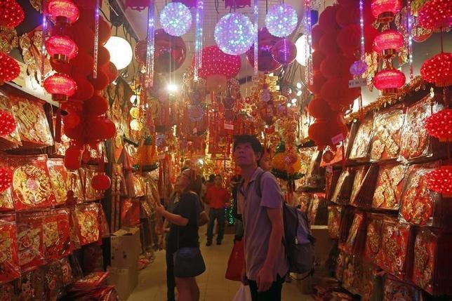 2月9日、今も記録的な数の中国人が中国本土から海外旅行に出かけているが、観光客の支出金額の伸びを示すデータは急速に低下している。シンガポールのチャイナタウンで5日撮影(2016年 ロイター/Edgar Su)
