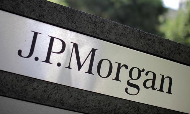 2月12日、JPモルガンのエコノミストは、世界的にマイナス金利が導入される可能性があるとの見解を示した。写真はロサンゼルスで2010年10月撮影(2016年 ロイター/Lucy Nicholson)