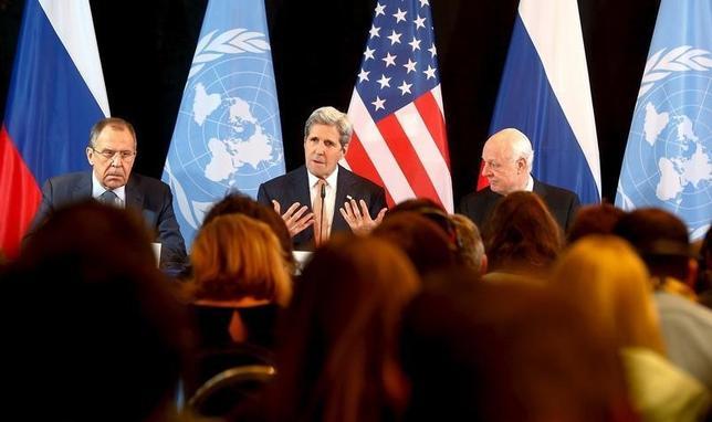 2月12日、米ロなどシリア内線の終結を目指す関係国による会合が当地で行われ、1週間以内の敵対行為中止を目指すとともに、包囲された都市への迅速な人道支援を確保することで合意が成立した。ケリー米国務長官(写真)は記者会見で、合意は紙面上のものと認めた。ミュンヘンで撮影(2016年 ロイター/Michael Dalder)