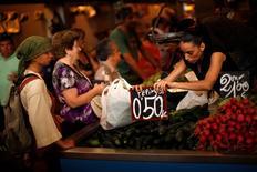 Los precios de consumo en España iniciaron el año con una tendencia negativa más pronunciada que al cierre del ejercicio pasado, según confirmaron datos finales del mes de enero publicados el viernes por el INE (Instituto Nacional de Estadística). Imagen de archivo de un mercado en Málaga. REUTERS/Jon Nazca