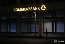 Las bolsas europeas subían el viernes, recuperándose de las fuertes pérdidas de la sesión anterior, con resultados alentadores de Commerzbank y una recuperación de los precios del petróleo que ayudaba a los bancos y a las acciones con exposición a materias primas. En la imagen de archivo, una mujer pasa por una sucursal de Commerzbank, que el viernes anunció resultados alentadores, el 10 de mayo de 2013. REUTERS/Lisi Niesner
