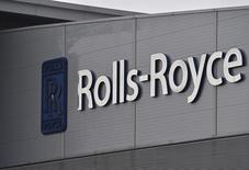 Rolls-Royce a réduit son dividende de moitié pour renforcer ses finances dans un contexte de ralentissement de la demande sur certains de ses moteurs, responsable d'une baisse de 16% du bénéfice annuel. /Photo prise le 17 décembre 2015/REUTERS/Toby Melville