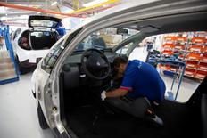 La economía de la zona euro creció al mismo ritmo en el último trimestre de 2015 que en el tercero debido a un descenso de la producción industrial en diciembre, lo que supone una desaceleración frente a la primera mitad del año y aporta más argumentos a favor de una mayor flexibilización monetaria. En la imagen, un empleado trabaja en una línea de montaje de coches Bluecar en una fábrica de Renault, en Dieppe, 1 de septiembre de 2015. REUTERS/Philippe Wojazer