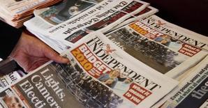 Un hombre toma una copia del periódico británico The Independent, en Londres. 25 de marzo de 2010.  El periódico británico Independent desaparecerá de los puestos de diarios el mes próximo, ya que su dueño ruso dijo que la publicación de 29 años saldrá solo por internet, en la señal más dura hasta la fecha de las presiones que pesan sobre la industria gráfica. REUTERS/Luke MacGregor/Files