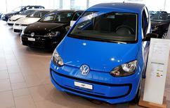 Les ventes de voitures du groupe Volkswagen ont recommencé à croître au mois de janvier (+3,7% à 847.800 unités), portées par la demande en Chine, où les ventes des marques VW ont atteint un record mensuel, malgré la colère déclenchée par le scandale de manipulation des tests anti-pollution de ses moteurs diesel. /Photo prise le 12 février 2016/REUTERS/Arnd Wiegmann