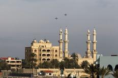 Российские боевые самолеты в небе над сирийской Латакией на побережье Средиземного моря 28 января 2016 года. Мировые державы договорились в пятницу о прекращении через неделю  боевых действий в Сирии, но не сделали ничего для прекращения российских бомбардировок, способных обеспечить силам президента Башара Асада крупнейшую победу в пятилетней гражданской войне. REUTERS/Omar Sanadiki