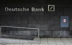 El logo del banco alemán Deutsche Bank en Fráncfort, Alemania, el 26 de enero de 2016. Deutsche Bank recomprará más de 5.000 millones de dólares en deuda prioritaria, según indicó el prestamista el viernes en un comunicado, un anuncio que provocó una fuerte alza de sus acciones. REUTERS/Kai Pfaffenbach