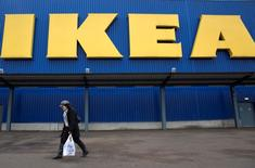 Le géant suédois du meuble Ikea a échappé à environ un milliard d'euros d'impôts sur la période 2009-2014 en recourant à des circuits financiers complexes entre plusieurs pays de l'Union, conclut un rapport publié vendredi par les élus écologistes du Parlement européen. /Photo prise le 25 janvier 2015/REUTERS/Neil Hall