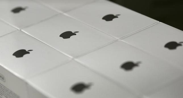 2月12日、米アップルは3月15日、次期アイフォーンとアイパッドを公開する目標を掲げている。写真はアップルのロゴマーク。ミュンヘンで1月撮影(2016年 ロイター/Michaela Rehle)