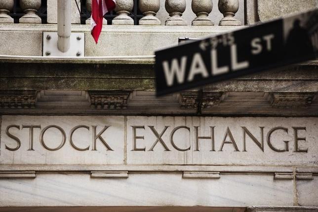 2月12日、米国株は反発。金融や1次産品関連などに買い戻しが入った、写真はNY証券取引所の前の米金融街の道路標識。2013年5月撮影。(2016年 ロイター/)