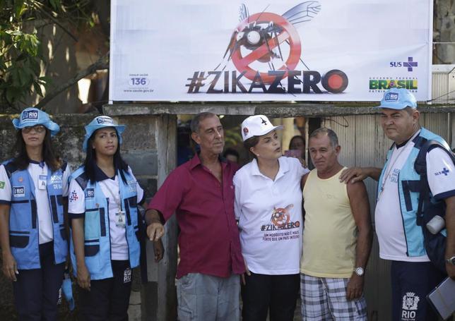 2月13日、ブラジル政府は、同国で猛威をふるうジカ熱の撲滅キャンペーンを全土で開始した。写真中央の女性はジルマ・ルセフ大統領。リオデジャネイロで撮影(2016年 ロイター/Ricardo Moraes)