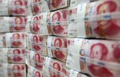 La décision de la banque centrale chinoise de soutenir le yuan ramène lundi le calme sur le marché de la dette souveraine en Europe, le rendement des Bunds allemands repartant à la hausse tandis que ceux des obligations de pays à la périphérie s'orientent à la baisse. /Photo d'archives/REUTERS/Lee Jae-Won