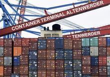 En la imagen, unos contenedores en el puerto de Hamburgo, el 3 de febrero de 2016. El superávit comercial de la Unión Europea con el resto del mundo casi se quintuplicó el año pasado con respecto a 2014 debido a una fuerte bajada en los precios de las energías importadas, mostraron datos el lunes. REUTERS/Fabian Bimmer
