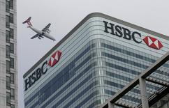 Foto de archivo de un avión volando sobre la sede de HSBC en Londres. 15 de febrero de 2015. HSBC Holdings podría transferir a unos 1.000 empleados desde Londres a París en caso de que Gran Bretaña vote por abandonar la Unión Europea, dijo el presidente ejecutivo del banco, Stuart Gulliver, citado el lunes por el canal Sky News. REUTERS/Peter Nicholls/Files