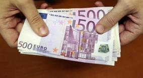 El Banco Central Europeo está estudiando retirar los billetes de 500 euros, dijo el lunes su presidente, describiendo el billete usado por los ahorradores para acumular decenas de miles de millones de euros como un instrumento también utilizado por delincuentes. En la imagen de archivo, un empleado de banca sostiene billetes de 500 euros en una sucursal bancaria en Madrid.   REUTERS/Andrea Comas