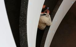 La Commission européenne (CE) se préoccupe d'une éventuelle hausse des prix si la filiale italienne de CK Hutchison Holdings (3 Italia) fusionne avec une filiale de Vimpelcom (Wind), ce qui aurait pour effet de ramener le nombre d'opérateurs mobiles en Italie de quatre à trois. /Photo d'archives/REUTERS/Christian Hartmann