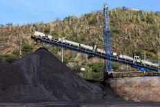 Foto de archivo: Un puerto de carbón en la ciudad de Santa Marta, Colombia, 28 de agosto del 2013. La producción de carbón de Colombia, el quinto exportador mundial del mineral, bajó un 3,5 por ciento interanual en el 2015 a 85,5 millones de toneladas por la restricción a la operación nocturna de un tren y el cierre de varios pasos de la frontera con Venezuela, informó el lunes el Gobierno. REUTERS/Juliana Alvarez