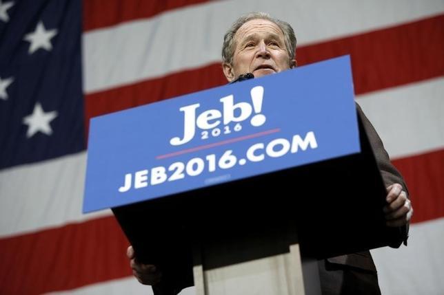 2月15日、米大統領選で、共和党の指名獲得を目指すジェブ・ブッシュ元フロリダ州知事(63)の兄であるジョージ・W・ブッシュ前大統領(69)が、サウスカロライナ州での応援演説に駆けつけた。写真はサウスカロライナ州で撮影(2016年 ロイター/Jonathan Ernst)