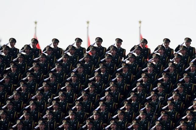 2月16日、軍関係者が匿名を条件にロイターに明らかにしたところによると、軍内では今年の国防予算30%増も議論されたという。写真は昨年9月北京天安門での軍事パレードの模様(2016年 ロイター/Wang Zhao)