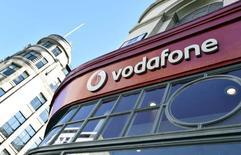 Логотип Vodafone на здании магазина в Лондоне. Британский оператор сотовой связи Vodafone Plc и поставщик услуг кабельного телевидения Liberty Global Plc американского миллиардера Джона Мэлоуна договорились в понедельник об объединении деятельности в Нидерландах для улучшения позиции на местном рынке. REUTERS/Toby Melville