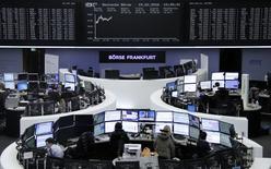 Las acciones europeas avanzaban el martes, respaldadas por la subida de los valores energéticos gracias al repunte de los precios del crudo por las esperanzas de un recorte de la producción de petróleo. En la imagen,  unos corredores de bolsa trabajan en sus mesas delante del índice bursátil alemán, DAX,  en la bolsa de valores en Fráncfort, Alemania, el 15 de febrero de 2016 . REUTERS/Staff