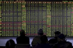Investors look at an electronic board showing stock information at a brokerage house in Hangzhou, Zhejiang province, China, November 27, 2015.  REUTERS/Stringer