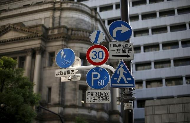 2月16日、日銀は、同日から適用を開始したマイナス金利政策に関連し、1月の準備預金積み期間に新たな3階層の枠組みを当てはめた場合の試算値を公表した。写真は日銀。都内で昨年6月撮影(2016年 ロイター/Toru Hanai)
