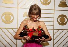 Taylor Swift posa com prêmios que ganhou na 58ª edição do Grammy, em Los Angeles. 15/02/2016  REUTERS/Lucy Nicholson