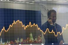 """Экран с рыночным графиком на инвестфоруме ВТБ Капитал """"Россия зовет!"""" в Москве. 2 октября 2014 года. Фонды развивающихся рынков, испытывающие нехватку в новых выпусках суверенной задолженности в текущем году, должны с нетерпением предвкушать продажу Россией бондов на $3 миллиарда, однако юристы предостерегают их от последствий. REUTERS/Maxim Shemetov"""