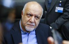 El ministro de Petróleo de Irán, Bijan Zanganeh, habla con periodistas durante una reunión de ministros de petróleo de la OPEP, en Viena, Austria, 4 de diciembre de 2015. El ministro de Petróleo de Irán, Bijan Zanganeh, dijo el martes que Teherán no cederá su participación en el mercado global de crudo, según informó la agencia de noticias Shana. REUTERS/Heinz-Peter Bader