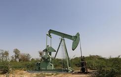 Cerca de un tercio de los productores petroleros corre un alto riesgo de quebrar este año, debido a que el bajo precio de las materias primas complica su acceso al capital y su capacidad para reducir su deuda, según un estudio de la firma auditora y consultora Deloitte. En la imagen, una zona de extracción de petróleo y gas natural situada en Ahmedabad, India, el 10 de febrero de 2016. REUTERS/Amit Dave