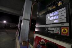 Una gasolinera en Khobar, Arabia Saudita, ene 29, 2016. Los futuros del petróleo Brent se negociaban estables el martes luego de que los principales productores de crudo Rusia Y Arabia Saudita disiparon las expectativas de un recorte inmediato de producción al acordar solamente congelar el bombeo en los niveles de enero si otros exportadores se suman a la medida.   REUTERS/Hamad I Mohammed