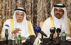 Répétition coquille.  Les ministres saoudien et qatari du Pétrole, Ali al Naïmi (à gauche) et Mohammad bin Saleh al Sada. L'Arabie saoudite, le Qatar, la Russie et le Venezuela, quatre des principaux pays producteurs de pétrole, ont annoncé mardi s'être accordés pour geler leur production de brut mais à condition d'être suivis par d'autres grands exportateurs, un point de blocage potentiel majeur avec l'Iran puisque Téhéran entend au contraire augmenter ses pompages. /Photo prise le 16 février 2016/REUTERS/Naseem Zeitoon