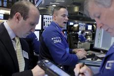 La Bourse de New York a fini en hausse mardi, prolongeant son rebond de vendredi, après un week-end de trois jours, portée par des achats à bon compte de valeurs cycliques et financières. Le Dow Jones a pris 1,36% à 16.190,55 points. /Photo prise le 12 février 2016/REUTERS/Brendan McDermid