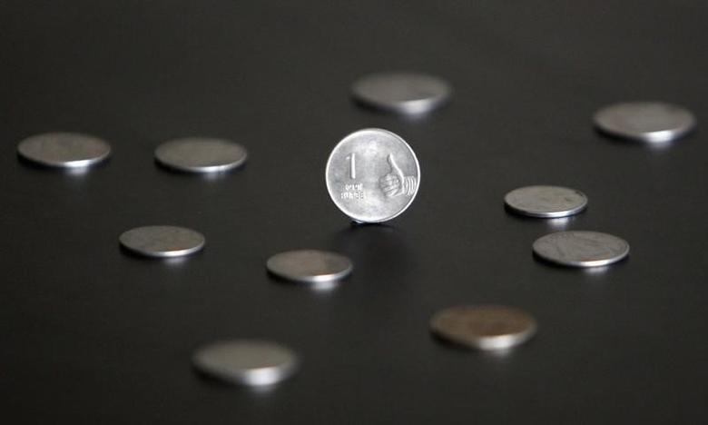 An Indian one rupee coin is seen in this picture illustration taken in Mumbai April 30, 2012. REUTERS/Vivek Prakash/Files